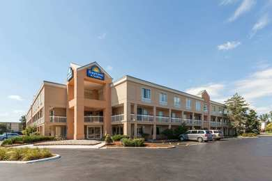 Days Inn & Suites Warren
