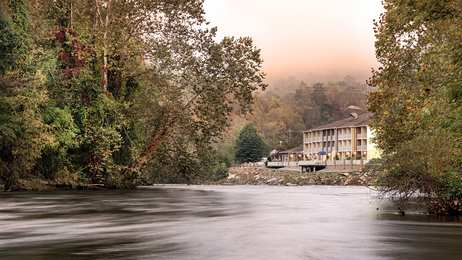 Best Western Plus River Escape Inn & Suites Dillsboro