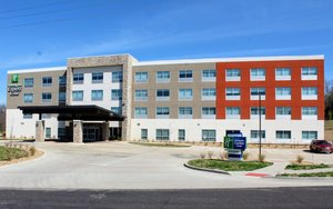 Holiday Inn Express & Suites North Warrensburg